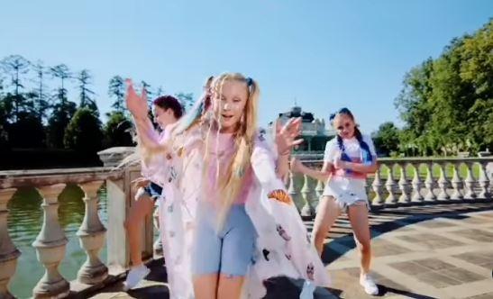 Tanya Mezhentseva releases music video for 'Devochka ogon'